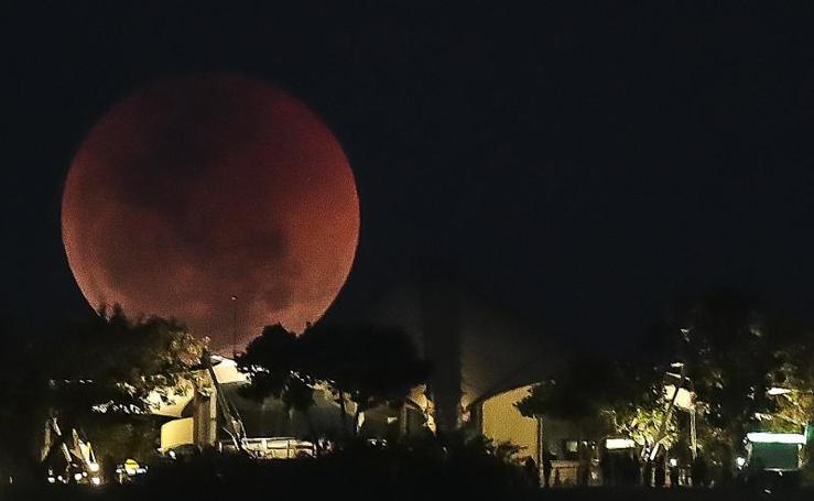 El mundo contempla el espectáculo del planeta rojo y la luna de sangre