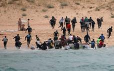 Un desembarco de inmigrantes sorprende a los bañistas en una playa de Tarifa
