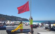 El Poniente obliga a izar la bandera roja y fastidia el día de playa en toda la Costa