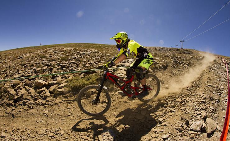 Las mejores imágenes del espectacular descenso del Sierra Nevada Bike Park