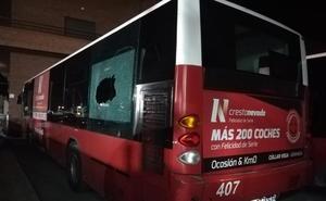 Lanzan canicas con tirachinas contra ocho autobuses y se dan a la fuga