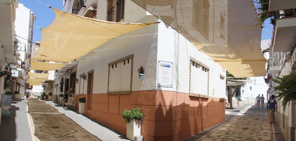Las calles del casco antiguo de La Herradura se ponen 'fresquitas'