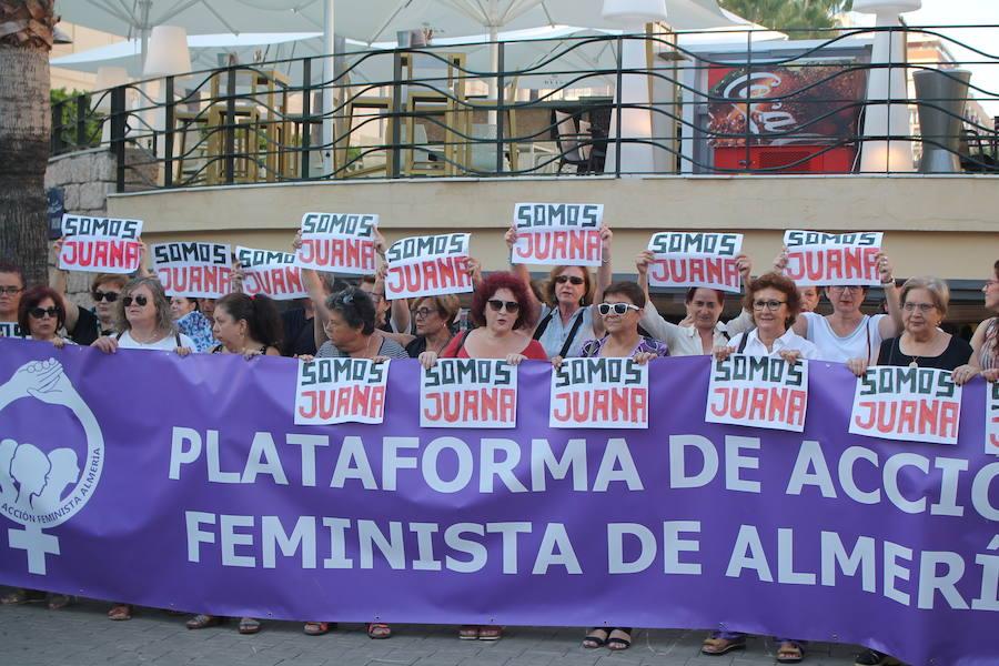 Medio centenar de almerienses, contra la sentencia de Juana Rivas