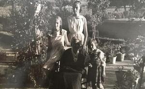 «La casa de mi abuela Vicenta tenía un huerto que para mí era el paraíso, con flores y una alberca»