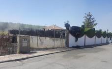 Dos agentes de la Policía Local de Fuente Vaqueros son atendidos en un centro de salud tras apagar un incendio