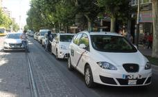 Taxistas protestan contra los vehículos con conductor con una marcha lenta por Jaén