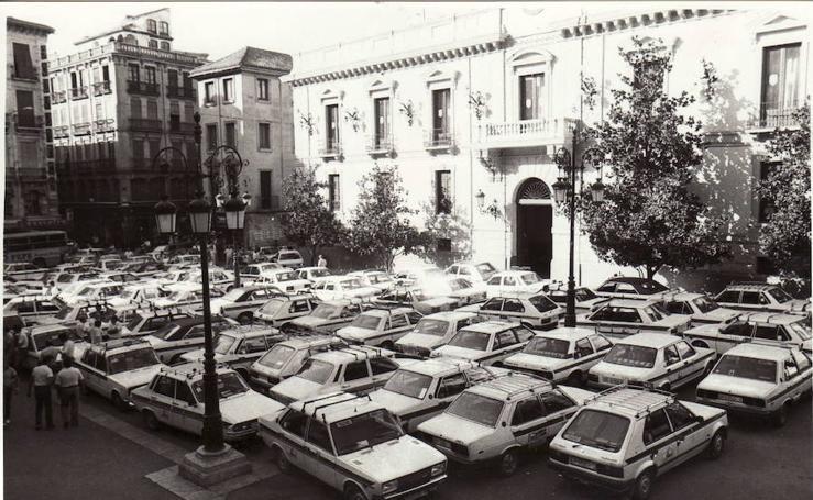 Taxis en pie de guerra a lo largo de la historia en Granada