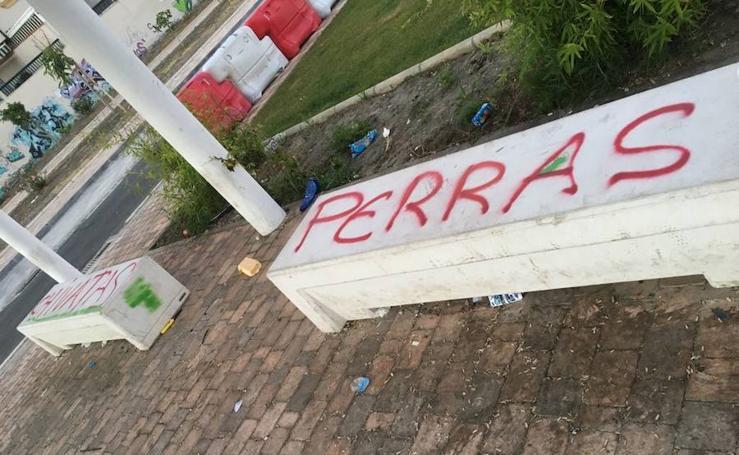 Destrozos de mobiliario urbano en Salobreña