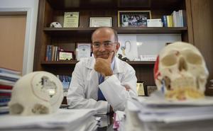 El cirujano español que ha cambiado la vida de miles de personas