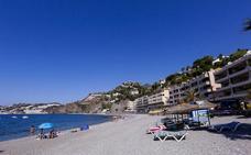 La playa de arena dura de Almuñécar
