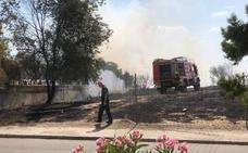 Un incendio entra en tres viviendas de la urbanización Monteluz de Peligros