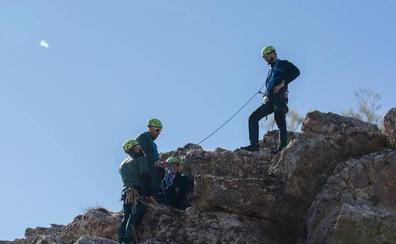 Rescatan a una senderista tras caer por un barranco en Algarinejo