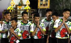 Los niños rescatados de la cueva de Tailandia finalizan su retiro espiritual