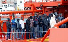 Trasladan al puerto de Almería a 59 personas rescatadas de dos pateras a 25 millas de Sabinar
