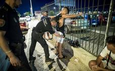 Botellones, peleas y drogas: una noche de patrulla con la Policía Local de Granada