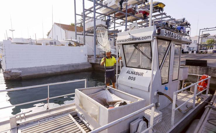 Así es el barco depuradora que limpiará la playa de Salobreña