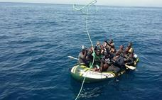 La Guardia Civil rescata a 16 personas de una embarcación al sureste de Cabo de Gata