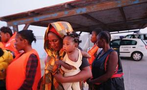 Trasladan al puerto de Motril a 153 inmigrantes rescatados de ocho pateras en el mar de Alborán