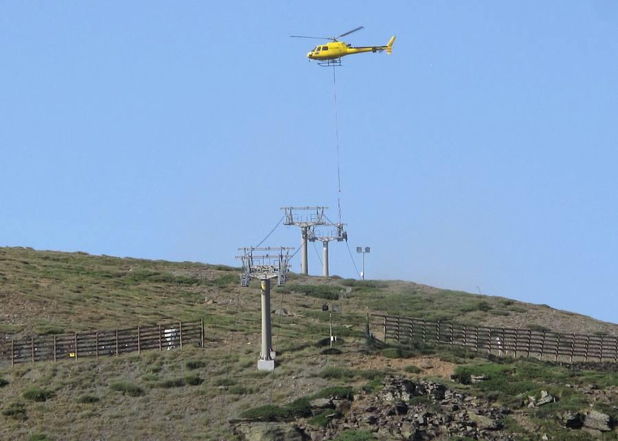 El mantenimiento de los telesillas se hace con la ayuda de un helicóptero