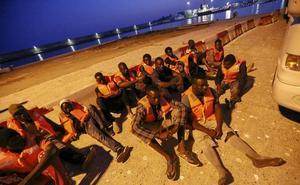 Parte de los inmigrantes trasladados a Motril pasa la noche en el barco de Salvamento Marítimo