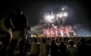 Motril abre sus fiestas con 207 kilos de pólvora en forma de castillo piromusical en Poniente