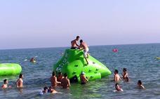 La OCU alerta del «peligro» de las grandes figuras hinchables en el mar para los niños