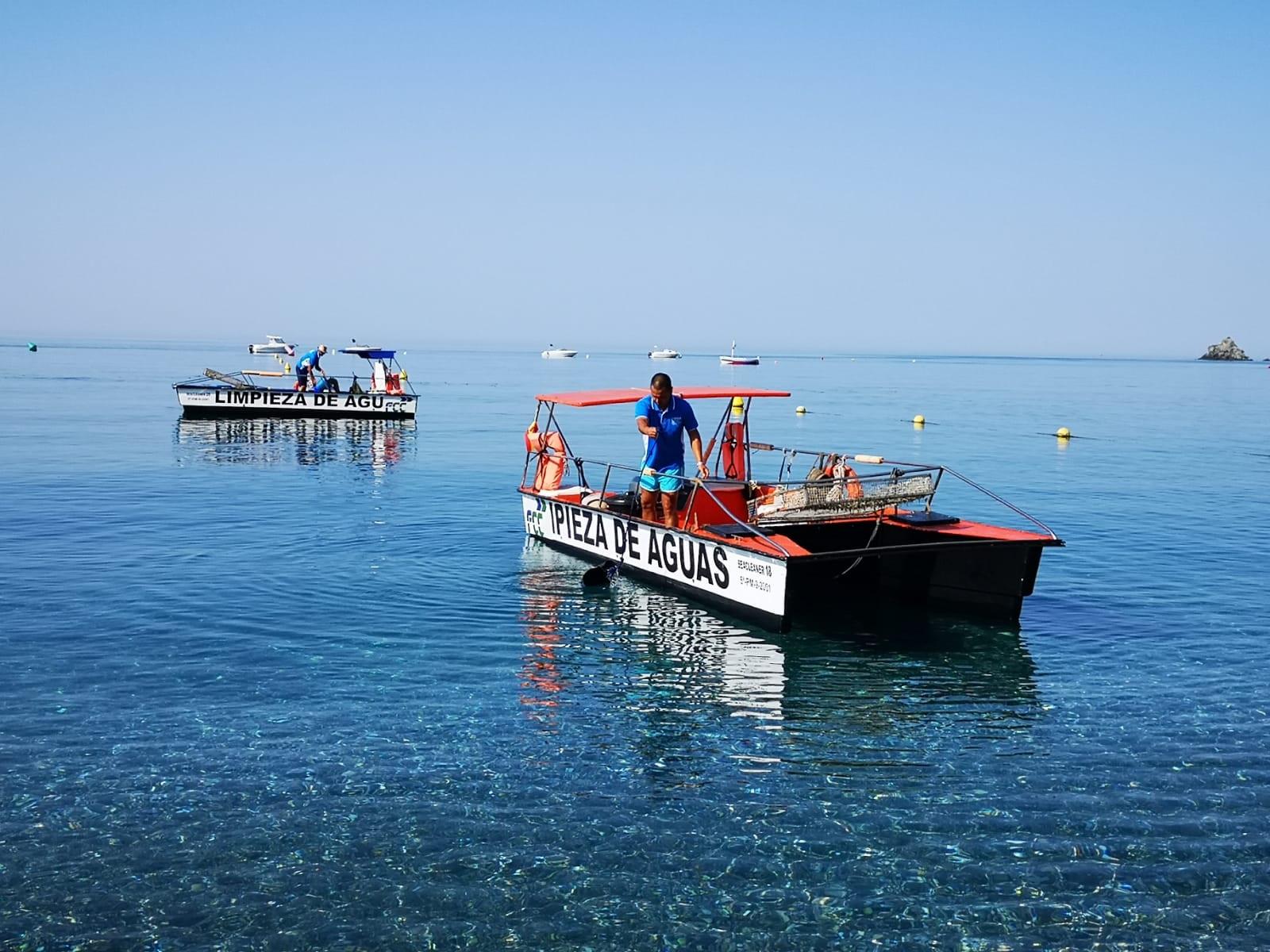 Cuatro barcos limpian por primera vez el mar de todas las playas de la Costa Tropical