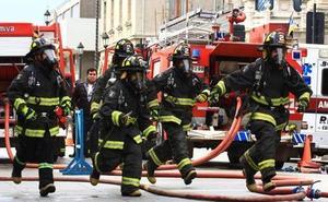 Bomberos intervienen en el incendio de una nave industrial en Torredonjimeno