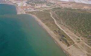 Trasladan al hospital a un bañista atrapado en una zona rocas en una playa de Almería