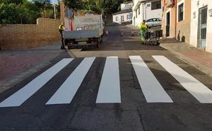 La capital prepara la 'vuelta al cole' repintando los pasos de peatones