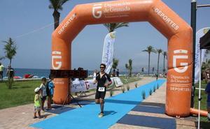 Las medusas pican a 144 de los 146 nadadores de un triatlón en la playa de Salobreña