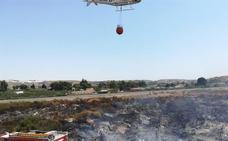 Extinguido un incendio de matorral cerca de la carretera A-1000 en Almería