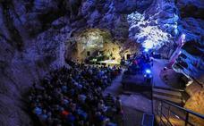 Concierto especial del granadino Juan Pinilla en la Cueva de las Ventanas