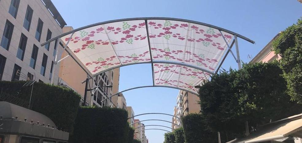 El Paseo de Almería luce ya sus primeros toldos