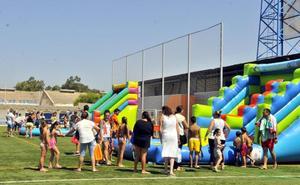 Los jóvenes desafían al calor con la ya 'tradicional' Fiesta del Agua