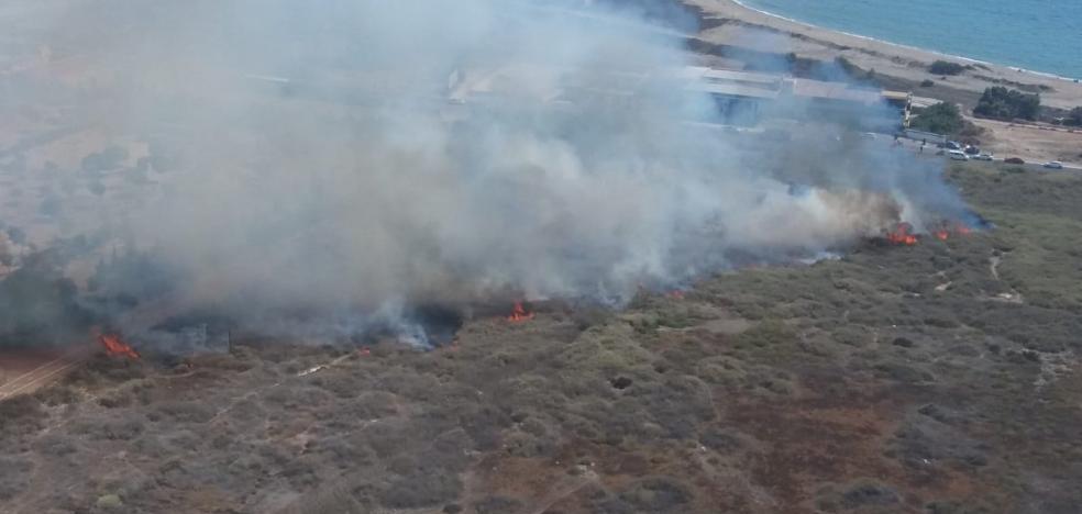 Seis horas y todos los bomberos de Almería para extinguir un incendio en el río Andarax
