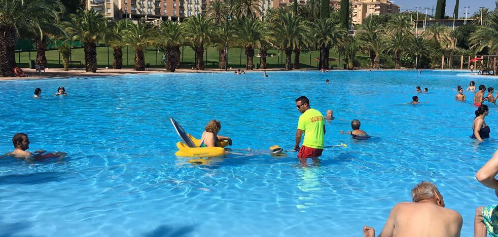 Enseñan a los jóvenes de Jaén a evitar lesiones medulares en la piscina