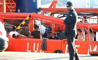 Nueva oleada de inmigrantes con casi 500 rescatados de doce pateras y una colchoneta