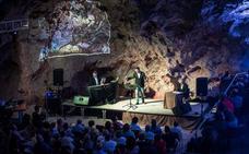 Juan Pinilla ofrece su espectáculo 'Te lo digo cantando' en el Majuelo de Almuñécar
