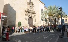 Una cola para recoger abanicos que daba la vuelta al convento de Las Claras