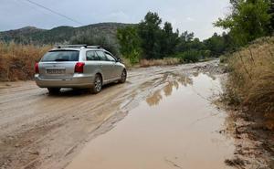 Una violenta tormenta anega varias viviendas y carreteras en Íllora