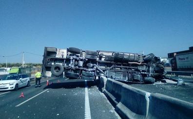 Restablecen el tráfico de la A-92 tras retirar el camión que volcó en Loreto