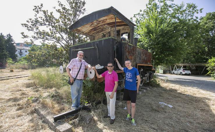 La locomotora de vapor abandonada en las cocheras de Renfe