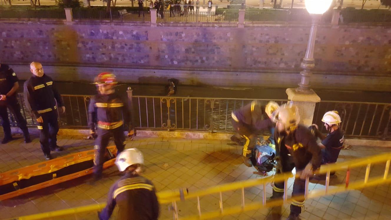 Rescate de una pareja de jóvenes caída al lecho del río Genil