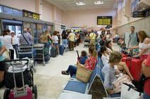 Vueling deja tirados a otros 400 pasajeros en Granada y Barcelona