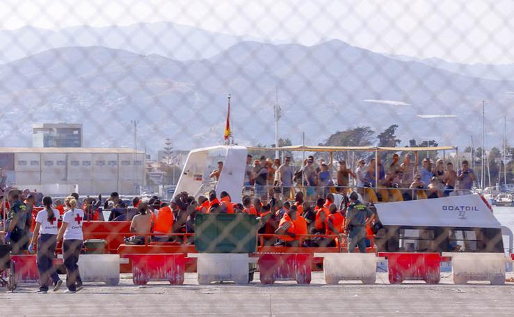 Llegan a Motril en buen estado 170 adultos y nueve niños rescatados de tres pateras en Alborán