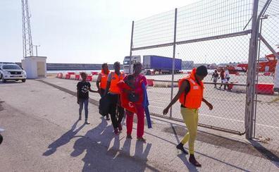 170 adultos y nueve niños llegan a Motril tras ser rescatados de tres pateras