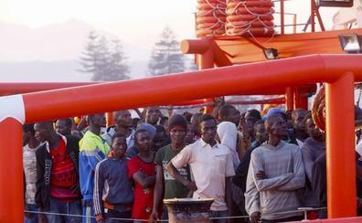 Trasladan a Motril a 170 adultos y nueve niños rescatados de tres pateras en el mar de Alborán