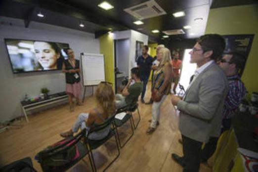 El 'roadshow' de la ONCE llega a Motril para acercar al empleo a jóvenes con discapacidad