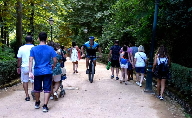 Ciclistas ocupan espacios peatonales de la Alhambra